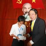 PGS-TS-Pham-Tiet-Khanh-trao-hoc-bong-co-Nguyen-Thi-Cam
